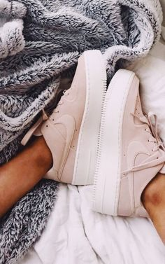 2019 white and pink Nike Air Max Sneakers Souliers Nike, Sneakers Fashion, Fashion Shoes, Nike Fashion, Fashion 2017, Fashion Rings, Fashion Outfits, Moda Sneakers, Aesthetic Shoes
