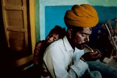 Steve McCurry, INDIA. Jodphur. 1996. Father and son at their home.