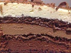Teria um aniversário aqui em casa e queria muito fazer algo especial. Na hora, me lembrei desse bolo trufado, que há alguns anos atrás fiz. Nestle Chocolate, Chocolate Recipes, Cheesecake Recipes, Dessert Recipes, Love Cake, Cakes And More, Cupcake Cakes, Cake Decorating, Sweet Tooth