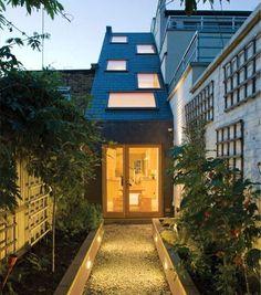 Умный проект узкого дома для узкого участка. Дом шириной 2 м имеет три уровня. Расположение окон на крыше и наклонном торце дома пропускает достаточно света
