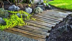 Try one of these outdoor DIY projects! These outdoor pathways ideas are easy and cheap! I can't get enough of these outdoor pathways! Pallet Walkway, Wood Walkway, Wood Path, Outdoor Walkway, Pallet Pathway Ideas, Pallet Bridge, Pallet Planters, Wood Steps, Fence Ideas