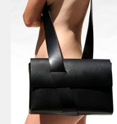 Mobius_bag - A Black Leather Messenger Bag in a cool minimalist shape. Diy Pochette, Minimalist Bag, Kelly Bag, Beautiful Bags, Leather Working, My Bags, Leather Craft, Purses And Handbags, Fashion Bags