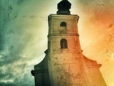 Listopadowo pochylony kościół.