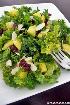 Deliciosa y saludable ensalada de kale / berza con mango, arándanos y almendras con un aderezo de miel de abeja fácil de hacer. Perfecta para el calor.