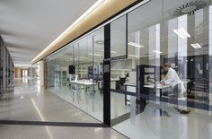 Image 12 of 46 from gallery of Australian Plant Bank / BVN Donovan Hill. Photograph by John Gollings Healthcare Architecture, Interior Architecture, Baffle Ceiling, Cafe Interior, Interior Design, Australian Plants, Hospital Design, Learning Spaces, Space Crafts