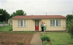 Couple outside prefab house Old London, West London, 1940s Home, 1930s, Liverpool History, Wooden Buildings, Tiny House Design, Prefab Homes, Back In The Day