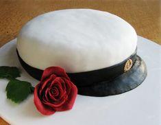 Vinkki 1: Voit valmistaa kakun kuorrutusta ja koristeita myöten valmiiksi edellispäivänä. Säilytä jääkaapissa ilman kupua. Vinkki 2: Kick-lakritsin sijaan voit käyttää mustaa sokerimassaa. Kun käytät lakritsia, kauli kakkua kiertävä nauha ohueksi, muuten leikkaaminen kakkulapiolla on hankalaa. Vinkki 3: Ehdotetun täytteen lisäksi löydät täytevalikoimaa Täytteet-osiosta. Isoihin juhliin kannattaa valita kohtalaisen neutraali makumaailma. Lakkiaiskakkuun sopisi esimerkiksi suklaatäyte. […] Zucchini Puffer, Sweet Pastries, Monkey Business, Yummy Cakes, Cake Decorating, Food And Drink, Cooking, Desserts, Drinks