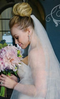 Hilary Duff and Mike Comrie got marrie in but they got divorced after 3 years of marriage. Wedding Pictures of Hilary Duff and Mike Comrie's Wedding. Hilary Duff, Hillary Duff Wedding, Hillary Duff Hair, Wedding Bun Hairstyles, Wedding Updo, Wedding Dress, Bridal Hairstyle, Wedding Flowers, Bouquet Wedding