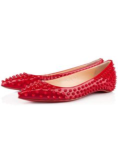 Chaussures plates cloutées en cuir verni rouges bout pointu