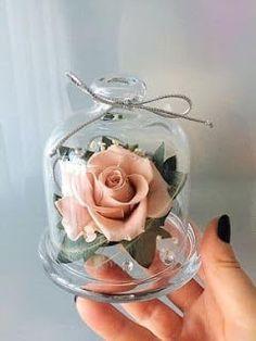 Rose in a glass jar. Wedding Centerpieces, Wedding Favors, Wedding Gifts, Wedding Decorations, Wedding Souvenir, Diy Wedding, Rosen Arrangements, Floral Arrangements, Quince Decorations