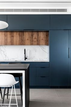 What colors would you use for a design? Design firm Inner Story Design incorporates deep dusty blue and Dekton Aura for this kitchen. Blue Kitchen Designs, Modern Kitchen Design, Interior Design Kitchen, Interior Modern, Modern Design, Modern Exterior, Home Decor Kitchen, Home Kitchens, Home Design