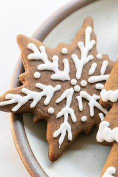 Perfect gingerbread cookies that are full of flavor and spices. Decorate them with royal icing for a perfectly, sweetened cookie.  #GingerbreadCookies #Gingerbread #Cookies #ChristmasCookies #Recipes Peanut Butter Blossom Cookies, Ginger Cookies, Yummy Cookies, Sugar Cookies, Thanksgiving Baking, Holiday Baking, Christmas Baking, Gingerbread Man Cookie Recipe, How To Make Gingerbread