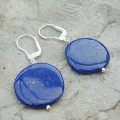 Boucles d'oreilles avec des pastilles de pierres lapis lazuli de 20 mm d'un beau bleu profond, les apprêts sont en ag 925. Le lapis lazuli est une pierre utilisée en ésotérisme. C'est une des pierre des plus prisée par le joailliers et son prix peut atteindre des sommets. Pierre Lapis Lazuli, Stone, Jewelry, Stones, Ears, Boucle D'oreille, Beauty, Locs, Rock