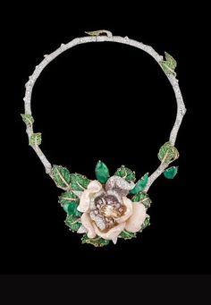 Collar Dior Joaillerie: Baile de mayo - Alta Joyería Dior  - Collar Bal de Mai, en oro blanco, diamantes blancos, marrones, rosas, lilas y malvas, ópalos rosas y esmeraldas.