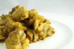 Il pollo al curry è una ricetta indiana, profumata e aromatica grazie al curry, ideale piatto unico se accompagnato con del riso cotto al vapore. Scopriamo insieme come si cucina
