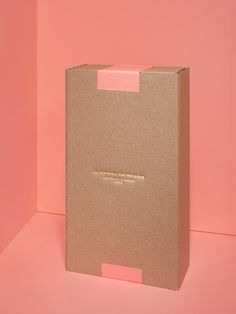 A sending box with compliment card and pencil  A box packaged in a wrapping paper  8 notebooks of 36 pages each  A folder describing the project in french / english  Size : 25 cm x 14 cm x 6.5 cm  Weight : 600g