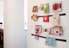 Aqui, os tirantes elásticos organizam livros no corredor junto à cozinha, mas a ideia também pode ser aproveitada para guardar as revistas, sem roubar espaço de circulação. O projeto é assinado pelo arquiteto Alexandre Skaff  Marco Antonio / Casa e Jardim