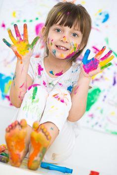 Experiment für Kleinstkinder: Sich beim Malen beobachten - Kleinstkinder sind gute und begeisterte Beobachter. Dadurch erschließen sie sich Zusammenhänge und begreifen Vorgänge. Aber sie lernen sich so auch selbst kennen. Doch das braucht Zeit. Erst ab ca. 1–1 ½ Jahren kann ein Kind sich selbst im Spiegelbild oder auf einem Foto identifizieren. Das ist eine spannende Entdeckung! Damit entwickelt das Kind nach und nach ein Ich-Bewusstsein.