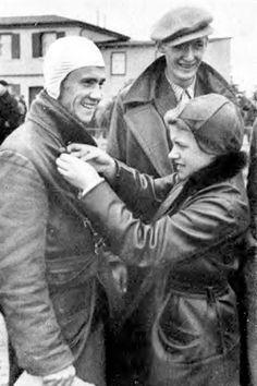 1003,67 km/h: Mit der Me 163 A-V4 KE + SW erreichte Heini Dittmar am 2. Oktober 1941 bei einem Versuchsflug erstmals 1003,67 km/h und überschritt damit als erster Mensch die 1000-km/h-Marke mit einem Flugzeug. Am 6. Juli 1944 erreichte Heini Dittmar mit der Me 163 BV18 Komet VA+SP eine Geschwindigkeit von 1130 km/h.Heini Dittmar receiving a gilder competition award pind on by Hanna Reitsch