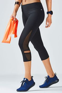 If you can't tell already, we're mesh-obsessed. Get a taste of our favorite detail with our side-mesh Debra Capri featuring edgy hem cutouts for breathability. UPF 50+ and sweat-fighting fabric provide you with all the features you need for a strong routine.