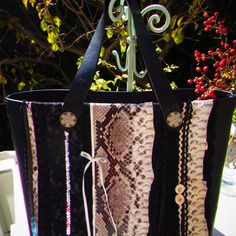 Sac à main noir décoration serpent et dentelle