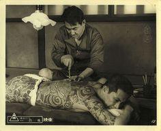 「博奕打ち一匹竜」 1967年 東映 ロビーカード  The Dragon Tattoo (Ippiki-ryū) 1967 http://eiga.wikia.com/wiki/The_Dragon_Tattoo 立花清(待田京介)の背に武松を彫る相生宇之吉(鶴田浩二) #刺青 #japanesetattoo #japantattoo #tattoo #tatuagem #tatuaggio #tatouage #tebori