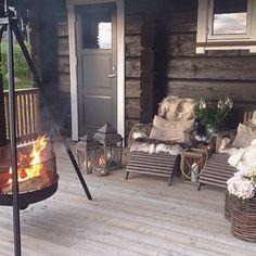 La imagen puede contener: tabla e interior Chalet Style, Relaxing Places, Outdoor Areas, Kos, House Design, Patio, Interior Design, Outdoor Decor, Instagram
