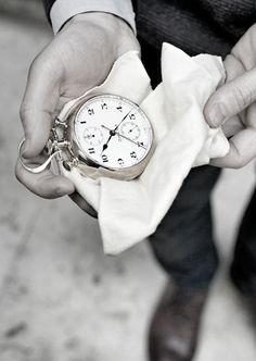 regarder l'heure n'a pas de sens sans un geste élégant qui va avec (no time watch without elegance)