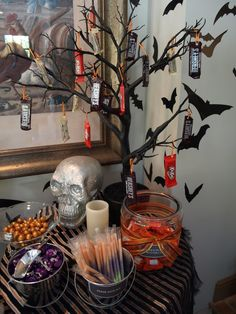 Love the candy bar tree going to do this for Halloween :)