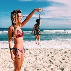 20 Divertidas Ideas De Fotografias Que Deberias Tomarte Con Tu Hermana Seran Inolvidables Best Friend PhotosFriend Beach
