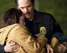 Picture: Kristen Stewart and Billy Burke in 'New Moon' Pic is in a photo gallery for 'The Twilight Saga: New Moon' featuring 133 pictures. Twilight Saga New Moon, Twilight Saga Series, Twilight Movie, Twilight Stars, Twighlight Saga, New Moon Movie, Charlie Swan, Billy Burke, Stephanie Meyers