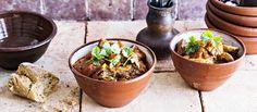 Maukas georgialainen possupata valmistuu edullisesta kasslerista. Padan tulisuutta voit säätää chilin määrällä.