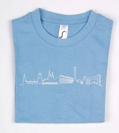T-shirt enfant BORDEAUX Skyline© bleu clair -  T-shirt à la coupe classique pour enfant orné du logo BORDEAUX Skyline© sur le devant. Joli et confortable, c'est un cadeau idéal pour toute occasion et un beau souvenir de Bordeaux.