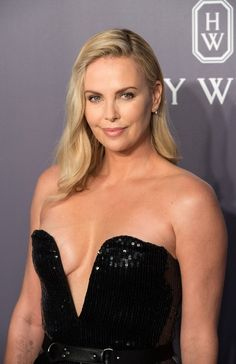 Charlize Theron Looks Totally Different with Baby Bangs - Celebrities Female Charlize Theron Oscars, Charlize Theron Photos, Beautiful Celebrities, Beautiful Actresses, Hollywood Celebrities, Hollywood Actresses, Celebrity Photos, Celebs, Blonde Celebrities