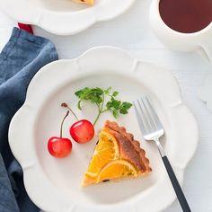 Orange tart. 入門クラスのレッスンではオレンジのタルトを作っています サクサクのタルト生地に しっとりアーモンドクリーム 中にチョコチップを忍ばせて オレンジスライスの色も可愛く美味しい . 試食タイムに ワンホール食べられちゃいそうっって感想を毎月誰かが言ってくれます 嬉しいです . 美味しそうなさくらんぼは 生徒さんからいただいたもの とっても甘くて美味しくて 幸せな試食タイムになってます ありがとう