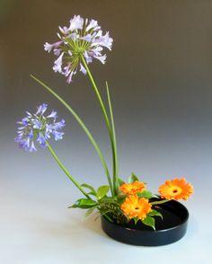 Japanese ikebana flower arrangement at www.ikebanadreaming.com