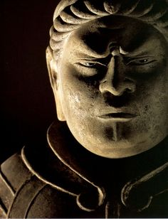 広目天(こうもくてん)仏教における天部の仏神。「尋常でない眼、特殊な力を持った眼」さらに千里眼と拡大解釈され、広目と訳された。三昧耶形は三鈷戟、羂索(両端に金具を付けた捕縛縄)。広目天は四天王の一体、西方を護る守護神として造像されることが多い。仏堂内では本尊の向かって左後方に安置するのが原則である。日本では一般に革製の甲冑を身に着けた唐代の武将風の姿で表される。持物は、古くは筆を持ち巻物に何かを書き留めている姿で表現された。しかしこれは主に天平時代のもので、平安時代以後は徐々に別の持物を持つようになった。また羂索を持った姿で表されることもある。広目天は邪鬼の上に静かに立ち、筆と巻物を持つ姿に表されている。 本来はインド神話に登場する雷神インドラ(帝釈天)の配下で、後に仏教に守護神として取り入れられた。仏の住む世界を支える須弥山の4方向を護る四天王の1員として白銀埵(はくぎんた)に住み、西の方角、或いは古代インドの世界観で地球上にあるとされた4つの大陸のうち西牛貨洲(さいごけしゅう)を守護するとされる。 また、諸龍王や富単那、子供の熱病を引き起こす病魔)を配下とする。