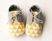 Tenue bébé gris et jaune, espadrilles, chaussures garçon bébé gris et jaune, chaussons, chaussures oxford