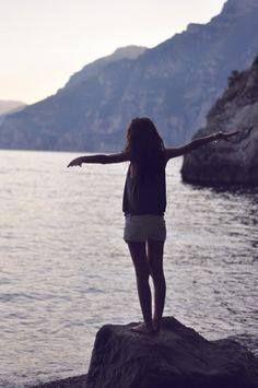 «Όταν τα κάνω θάλασσα, δε θέλω να μου χώνουν το κεφάλι μέσα να πνιγώ. Ούτε να μου πιάνουν το λαιμό για να με σώσουν.Να μου δείχνουν μόνο πέρα… στην άκρη του ορίζοντα, τα θαλασσοπούλια.»  Κι αν τύχει εκείνη την ώρα να φιλιέται ο ήλιος με την πλανεύτρα θάλασσα, απλά αφήστε με εκεί…