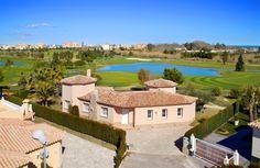 Vista exterior de la Villa Aranjuez con hermosa panorámica del campo de golf.