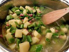 Einfach ordentlich Schinkenspeck in Butter anbraten, Kartoffelwürfel und kleingeschnittene Bohnen dazugeben, mit Gemüsebrühe angießen und garziehen lassen. Mit Bohnenkraut würzen, fertig.