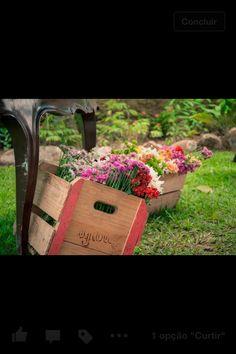 Caixotes com flores! Ainda mais flores do campo que eu adoro! De repente lá fora, no local da cerimônia.