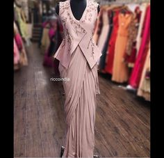We don't sell any products. If you like this post pl save it and tag your friends . DM for credits or removal of this post. Best Blouse Designs, Sari Blouse Designs, Saree Blouse Patterns, Indian Designer Outfits, Designer Dresses, Designer Sarees Wedding, Indian Designer Sarees, Indian Outfits, Unique Dresses