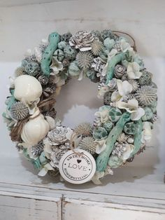 DIY Beach Decor Style Wreaths for Your Home DIY Beach Decor Style Wreaths for Your HomeWhether it's your beach house or you like to style your home with a slightly nautical, sand-inspi Seashell Painting, Seashell Art, Seashell Crafts, Beach Crafts, Shell Decorations, Pine Cone Decorations, Christmas Decorations, Seaside Decor, Coastal Decor