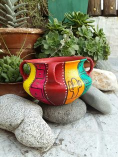 Vasija pintada Painted Flower Pots, Painted Pots, Hand Painted, Clay Crafts, Arts And Crafts, Mexican Garden, Flower Pot Art, Acrylic Flowers, Decoupage Vintage