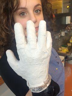 Vandaag heb ik een hand gegipst, volgende week ga ik er nog een maken. Zodat deze banden in elkaar kunnen