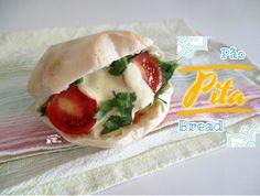 {Paleo | Sem Glúten | Vegan | Sem derivados do leite | Sem ovo} O pão Pita é um pão de origem arabe feito com farinha de trigo. É daqueles pães engraçados que dão para rechear com o que se quiser. …