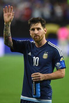 Chateado com todos os problemas judiciais que tem enfrentado na Espanha, o craque argentino Lionel Messi pode trocar o Barcelona pelo Chelsea, informa nesta...