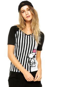 Camiseta FiveBlu Manga Curta Snoopy Listras Branca/Preta, com gola V, manga curta raglan e modelagem reta. Possui estampa frontal do personagem Snoopy com fundo listrado e recortes na cor preta.