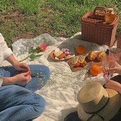 A little pretty vintage aesthetic picnic Nature Aesthetic, Summer Aesthetic, Aesthetic Vintage, Brown Aesthetic, Korean Aesthetic, Aesthetic Bedroom, Aesthetic Grunge, Picnic Date, Summer Picnic